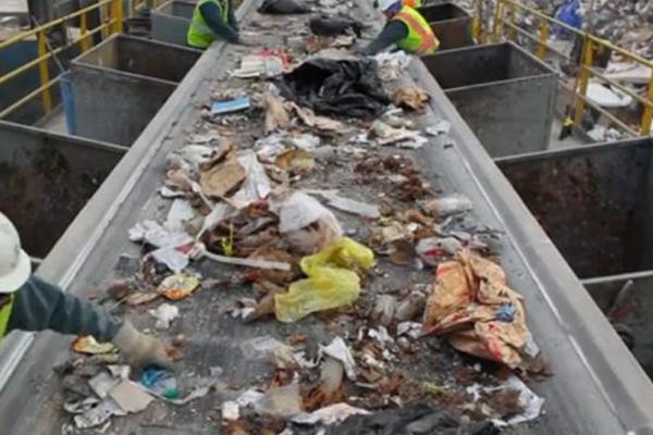 сортировка мусорных отходов на заводе