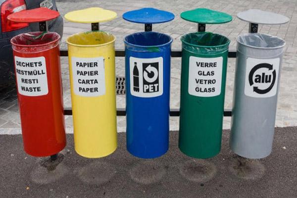 сортировка мусора по контейнерам и бакам